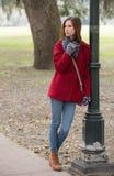 Frau in einem stilvollen roten Mantel Stockfotos