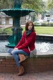 Frau in einem stilvollen roten Mantel Lizenzfreies Stockfoto