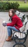 Frau in einem stilvollen roten Mantel Lizenzfreie Stockfotos