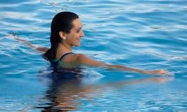 Frau in einem Swimmingpool Lizenzfreies Stockfoto
