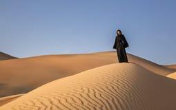 Frau in einem traditionellen emirati Kleid in einer Wüste Stockbilder