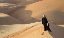 Frau in einem traditionellen emirati Kleid in einer Wüste Stockfoto