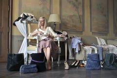 Frau in einem unordentlichen Raum Stockfoto
