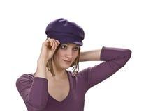 Frau in einem violetten Hut Stockbilder