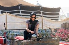 Frau in einem Wüstenlager nahe Doha stockfotos