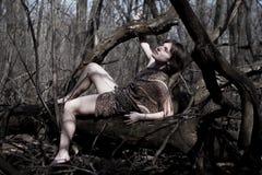 Frau in einem Wald Stockbilder