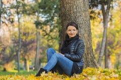 Frau in einem Wald im Herbst stockfotos