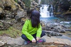 Frau in einem Wasserfall Lizenzfreies Stockbild