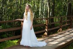 Frau in einem weißen Kleid Lizenzfreie Stockfotos