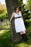 Frau in einem weißen Kleid Stockbild