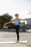 Frau in einem Yogahaltung I nthe Park Lizenzfreie Stockfotografie