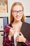 Frau an einer Büroanleitung Stockfotografie