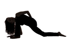 Frau in einer Eidechsen-Haltungs-Veränderung, Yoga, Schattenbild Stockfotos