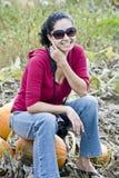 Frau in einer Kürbisänderung am objektprogramm Lizenzfreies Stockbild