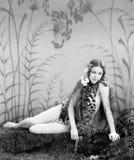 Frau in einer Leopardhaut, die aus den Grund sitzt (alle dargestellten Personen sind nicht längeres lebendes und kein Zustand exi Stockfotos