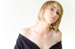 Frau in einer losen, großen schwarzen Strickjacke Lizenzfreie Stockfotos