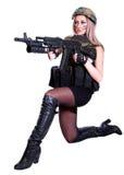 Frau in einer Militärtarnung, die mit dem Sturmgewehr sitzt Lizenzfreies Stockbild