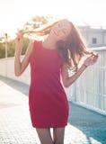Frau in einer Morgenhintergrundbeleuchtung Lizenzfreies Stockfoto