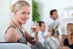 Frau an einer Party Lizenzfreies Stockbild