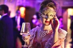 Frau an einer Party Stockfoto