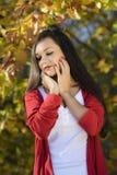 Frau in einer romantischen Herbstlandschaft Lizenzfreie Stockbilder