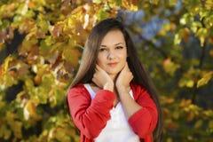 Frau in einer romantischen Herbstlandschaft Stockfoto