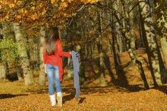 Frau in einer romantischen Herbstlandschaft Lizenzfreies Stockfoto