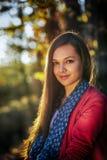 Frau in einer romantischen Herbstlandschaft Lizenzfreies Stockbild