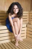 Frau in einer Sauna mit dem entspannenden Tuch Stockbild