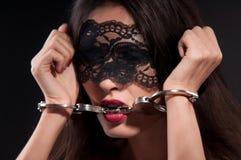 Frau in einer schwarzen Schablone Stockbild