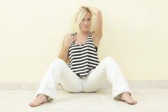 Frau in einer Sitzenhaltung Lizenzfreies Stockfoto