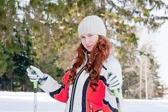 Frau in einer sportlichen Klage auf Skis In-field Stockfotografie