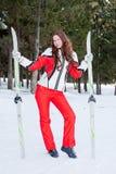 Frau in einer sportlichen Klage mit Skis In-field Stockfotografie