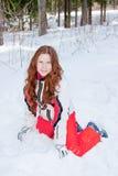 Frau in einer sportlichen Klage sitzt ein, um zu schneien In-field Lizenzfreies Stockbild