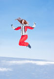Frau in einer sportlichen Klage springt In-field Lizenzfreie Stockfotografie