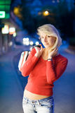 Frau in einer Stadt nachts Stockbild