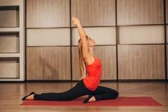 Frau in einer traditionellen Yogahaltung Stockfoto