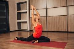 Frau in einer traditionellen Yogahaltung Stockfotografie