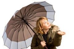 Frau in einer Winterjacke und -regenschirm Lizenzfreie Stockfotografie