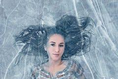 Frau eingefroren im Eis Stockbilder