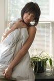 Frau eingewickelt in der Decke Lizenzfreies Stockbild