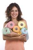 Frau eingewickelt im Badtuch mit Toilettenpapier stockbild