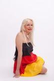 Frau eingewickelt mit Deutschland-Flagge Lizenzfreies Stockbild