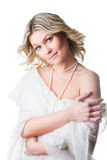 Frau eingewickelt oben im woolen Schal auf getrenntem Weiß Lizenzfreie Stockbilder