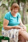 Frau embrocating jel im Knie Lizenzfreie Stockfotos