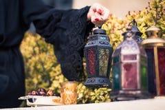 Frau in Emirati Abaya, das arabische Lampe hält Lizenzfreie Stockfotos