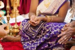 Frau empfing Gebete vom Priester Stockbilder