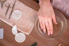 Frau entfernen Häutchen mit Schieber Macht Maniküre selbst Nahaufnahmehände Beschneidungspfad eingeschlossen lizenzfreie stockbilder