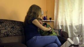 Frau entfernen Measurer von der Oma, die Hand Wassermedizin geben stock video