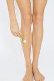 Frau enthaaren ihre Beine stockbild